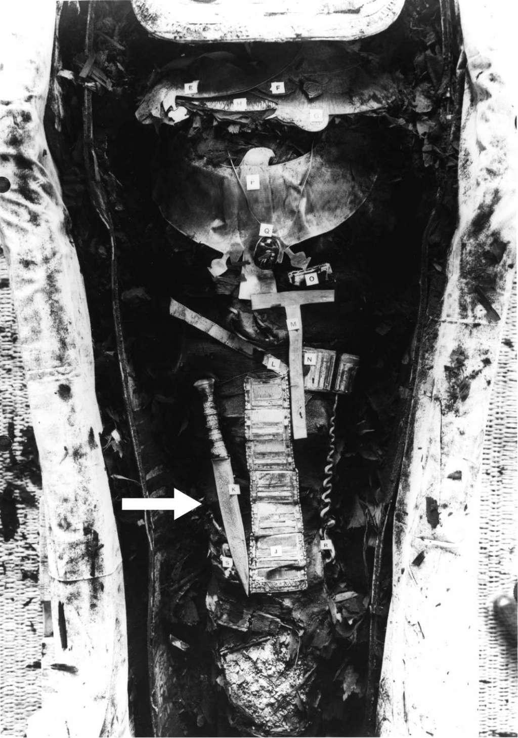 De mummy van Toetanchamon. De pijl wijst de dolk aan. Afbeelding: Griffith Institute / University of Oxford.