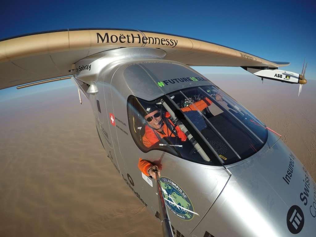 Piccard maakt een selfie tijdens de laatste etappe in de reis om de wereld. Afbeelding: Solar Impulse.