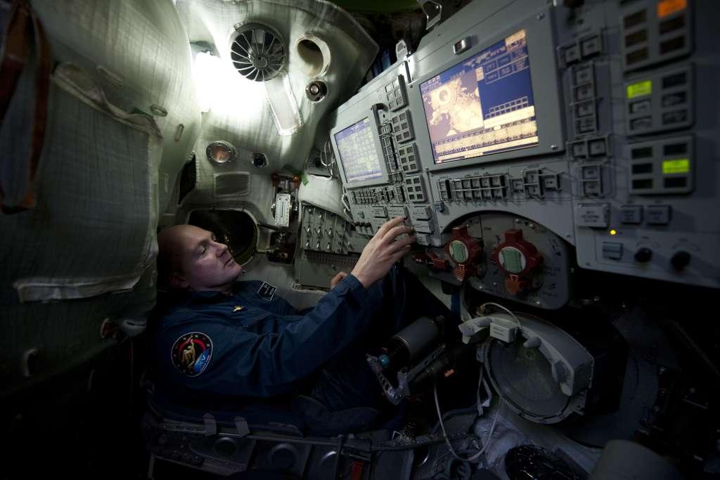De binnenkant van de Sojoez daalcabine bevat de cockpit voor het monitoren van de vlucht alsook handmatige besturing indien de situatie dit vereist. Hier aan het roer van de Sojoez TMA-M simulator traint André Kuipers ter voorbereiding op zijn taak als hoofdpiloot voor Sojoez-missie TMA-03M. Foto: ESA / S. Corvaja  (augustus 2011).