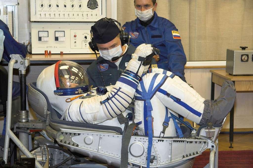 Het drukpak wordt voor lancering uitvoerig gecontroleerd op lekkages. Ook het aansluiten van lichaam en stoel nadat de mal van het lichaam werd afgenomen en in de stoel werd geïntegreerd, wordt nagelopen. Foto: NASA / Victor Zelentsov.