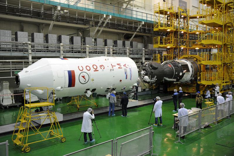 Soyuz TMA-03M wordt na assemblage en alle testen in zijn fairing geschoven. Vervolgens zal de rest van de raketlanceerder worden aangehecht en het geheel richting lanceerplatform gereden. Foto: GCTC / RSC Energia (december 2011).