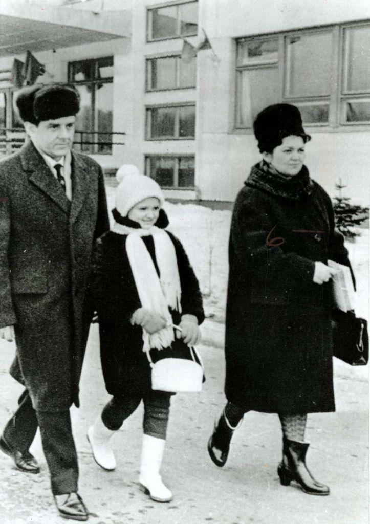 Vladimir Komarov, samen met zijn dochter en vrouw. Afbeelding: Smithsonian Institution (via Wikimedia Commons).