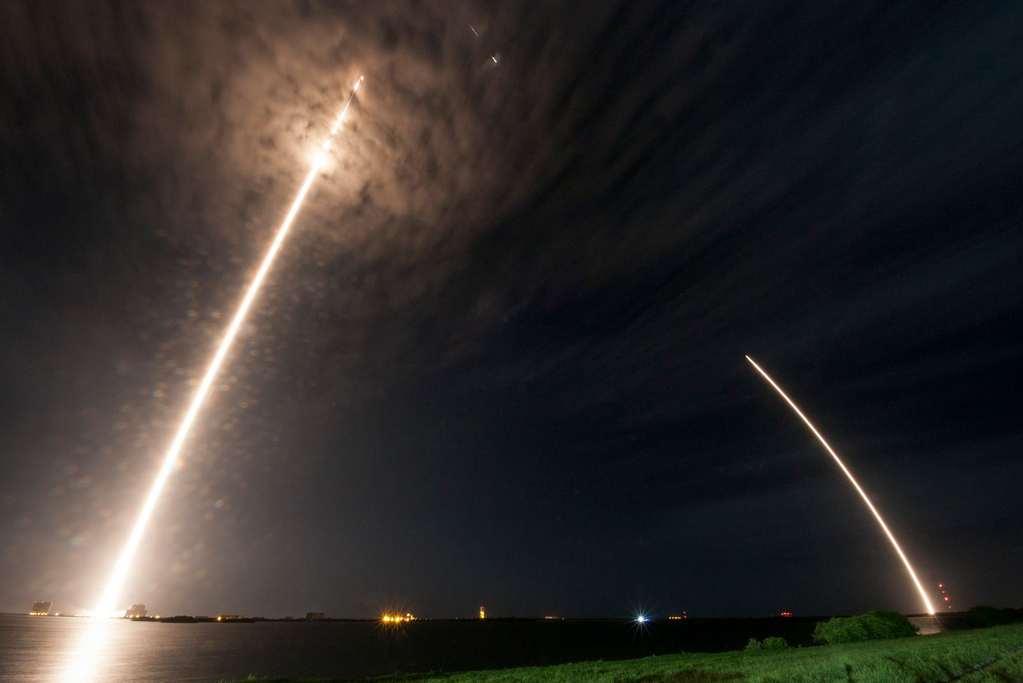 Een prachtige foto: Dragon onderweg naar het ISS, de eerste trap van Falcon 9 onderweg naar huis (de aarde). Afbeelding: SpaceX.