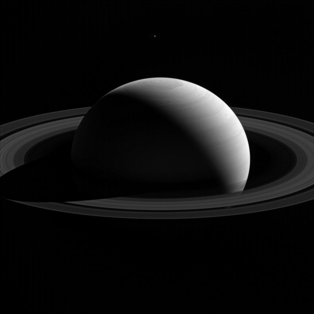 Een prachtige foto van Saturnus en zijn ringen en maantje Tethys. Afbeelding: NASA / JPL-Caltech / Space Science Institute.