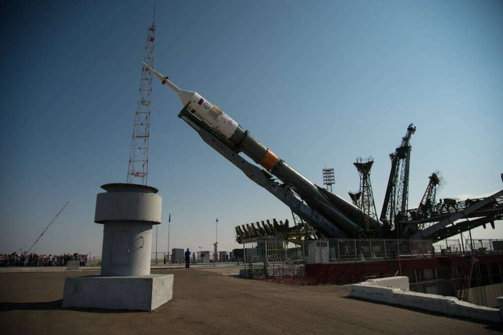 Sojoez MS-01 verticaal gehesen en gereed gemaakt voor lancering op 7 juli 04:36 uur. Afbeelding: NASA / Bill Ingalls.