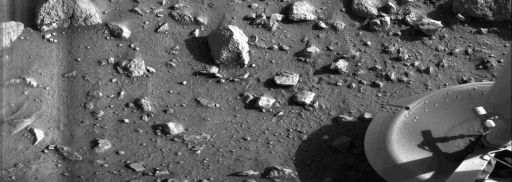 Op deze foto zien we stenen, maar ook zand of stof. Het is de eerste scherpe foto die vanaf het oppervlak van Mars werd gemaakt. Afbeelding: NASA / JPL.
