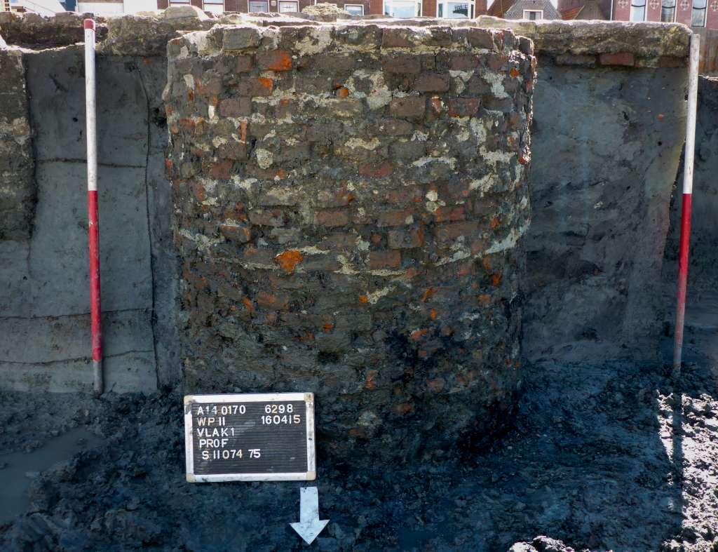 Zijaanzicht van een opgegraven beerput in Leiden. Afbeelding: BAAC BV.
