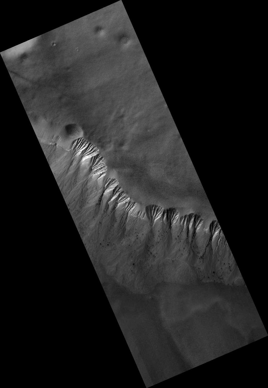 Eén van de belangrijke taken van HiRISE: het monitoren van geultjes in hellingen op Mars. Afbeelding: NASA / JPL / University of Arizona.
