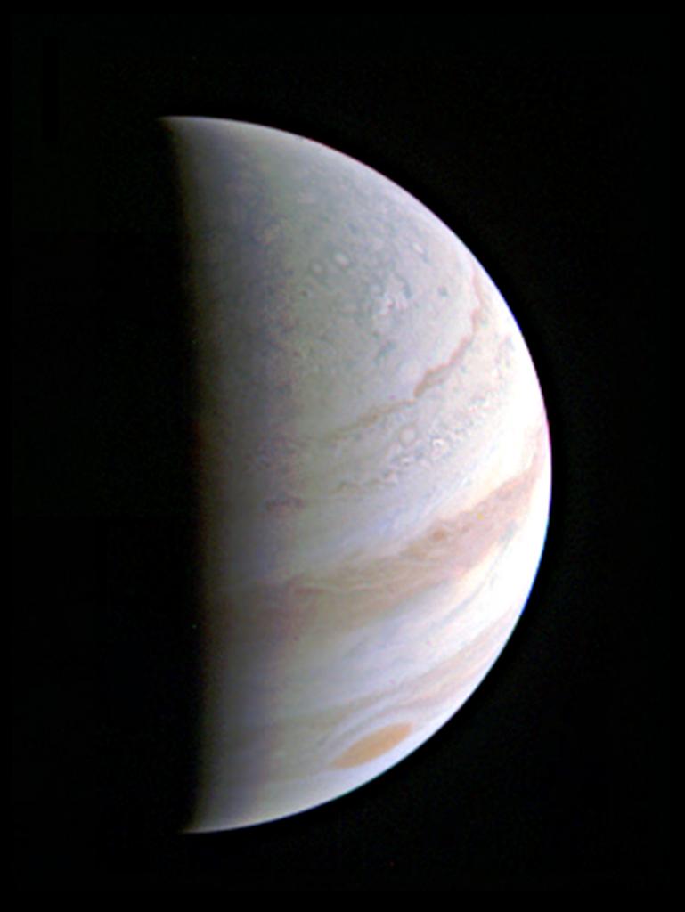 Deze foto maakte Juno afgelopen weekend terwijl deze Jupiter naderde. Je ziet de noordpool van de gasreus in beeld komen. De afstand tussen Juno en Jupiter bedroeg op het moment dat deze foto gemaakt werd nog 703.000 kilometer. Afbeelding: NASA / JPL-Caltech / SwRI / MSSS.