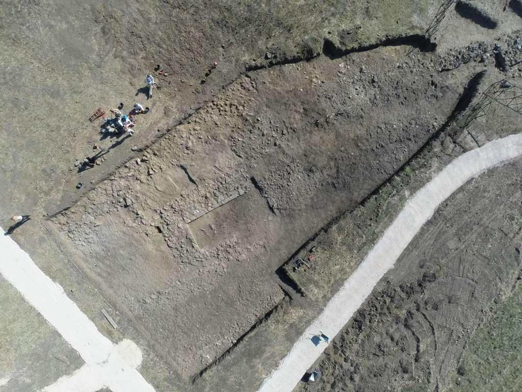 Een luchtfoto van de cultusplaats. Afbeelding: VU.