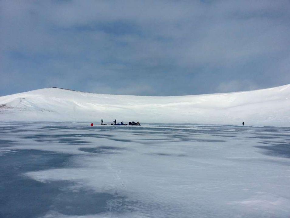 Onderzoekers aan het werk op een bevroren meer op Saint Paul. Afbeelding: Matthew Wooller.