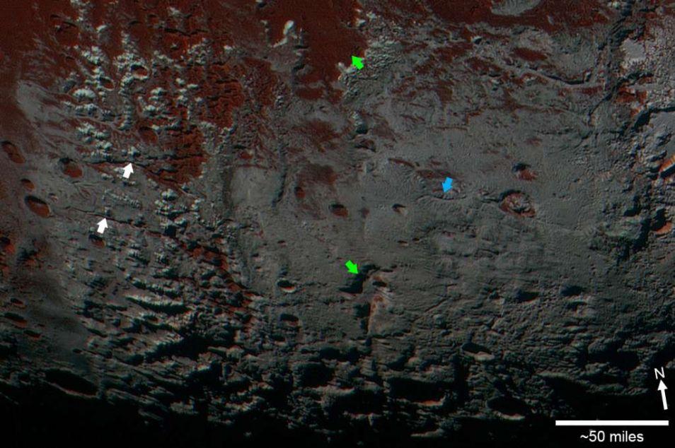 De pijlen geven valleien aan op Pluto.