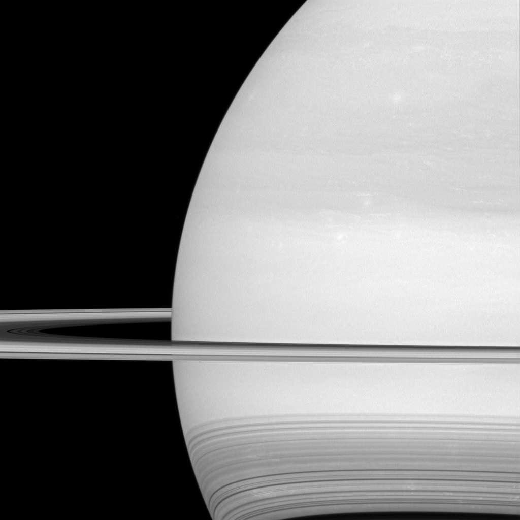 Wie goed kijkt, ziet ook nog enkele wolken in de atmosfeer van Saturnus. Afbeelding: NASA / JPL-Caltech / Space Science Institute.