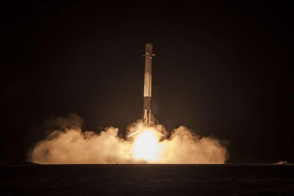 De eerste trap van Falcon 9 landt heelhuids op aarde. Afbeelding: SpaceX.