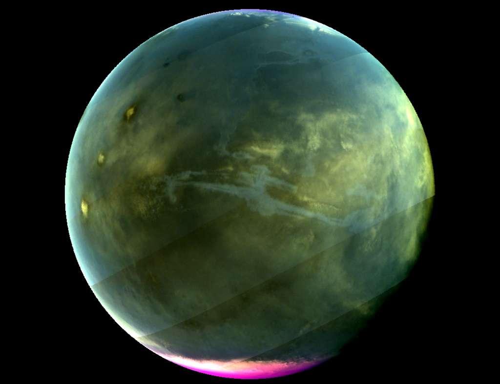 Hier zie je Mars zoals we de planeet zouden zien als we ultraviolet licht konden waarnemen. MAVEN maakte het plaatje in juli 2016. Valles Marineris, het diepe, 3200 kilometer lange klovensysteem op Mars, is duidelijk zichtbaar. Helemaal links zijn ook drie vulkanen zichtbaar. De magenta-kleurige regio nabij de zuidpool laat zien waar ozon ultraviolet licht absorbeert. Tijdens de winter neemt de hoeveelheid ozon hier toe. Ten tijde van de foto maakte de winter op het zuidelijk halfrond langzaamaan plaats voor de zomer. Afbeelding: NASA / Goddard / University of Colorado / LASP.