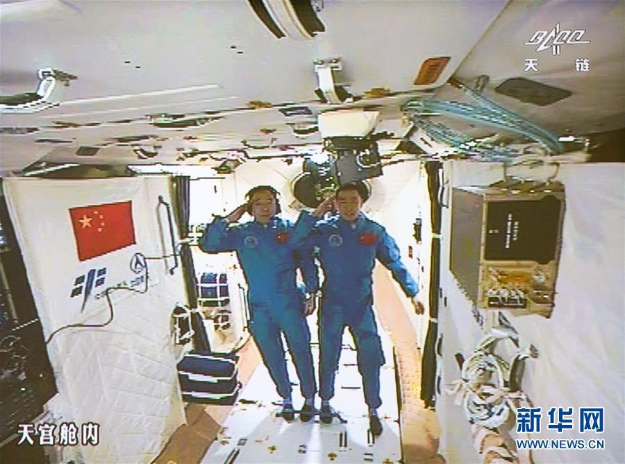 De twee Chinese astronauten in Tiangong-2. Afbeelding: CNSA.