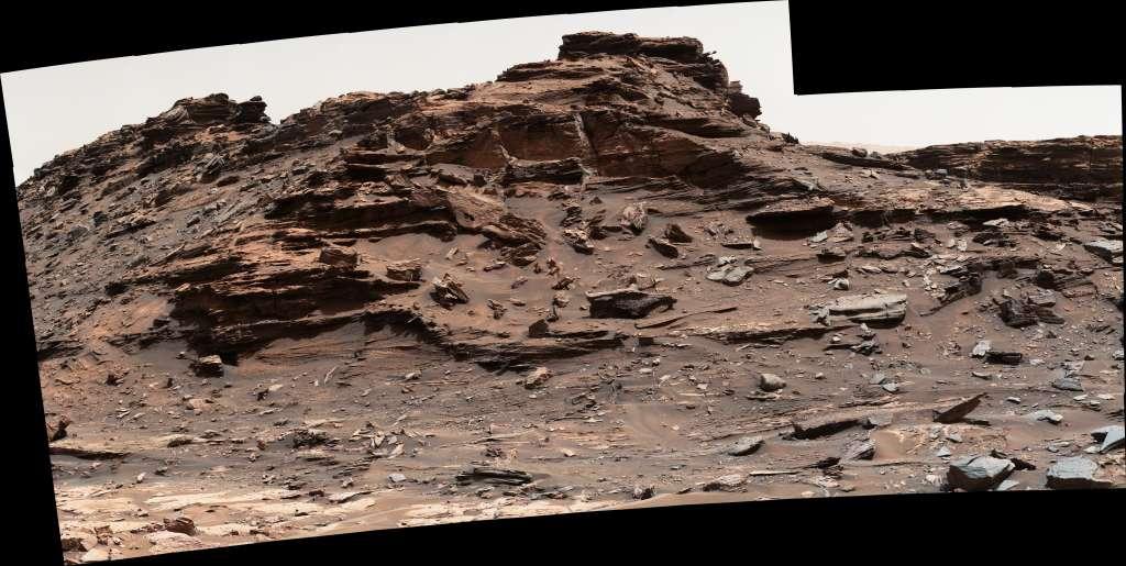 Een Martiaanse butte. De top van het heuveltje steekt zo'n vijf meter boven Curiosity uit. Afbeelding: NASA / JPL-Caltech / MSSS.