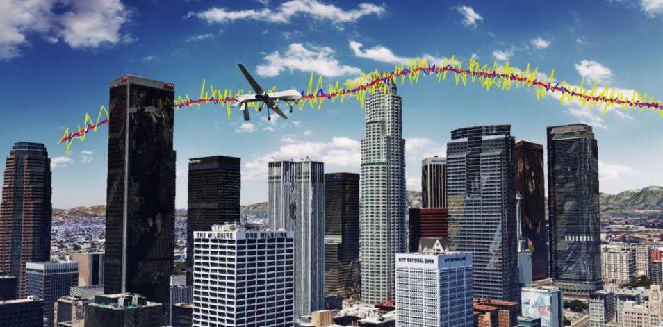 De rode lijn laat de juiste route van de drone zien. Het verschil is groot tussen alleen GPS (gele lijn) en GPS in combinatie met signalen van zendmasten (blauwe lijn).