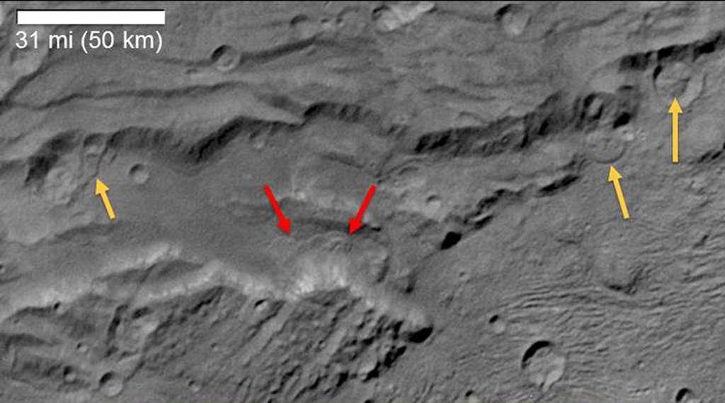 Landverschuivingen op Charon. Afbeelding: NASA / JHUAPL / SwRI.