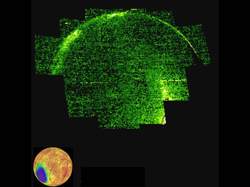 Je ziet hier (in valse kleuren) de ultraviolette emmissie van stikstofmonoxidemoleculen. Zwart staat voor lage emissie, groen voor matige emissie en wit voor hoge emissie. Afbeelding: NASA / MAVEN / University of Colorado.