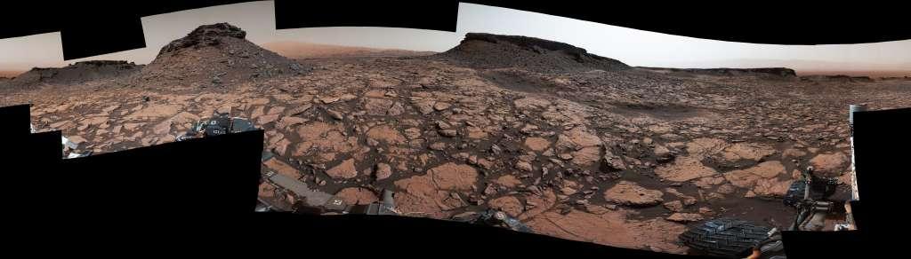 Een 360 graden-panoramafoto die Curiosity begin september maakte. Toen vertoefde de rover nog in Murray Buttes, aan de voet van Mount Sharp. De heuvel nabij het centrum van de foto steekt bijna 12 meter boven het omringende landschap uit. Afbeelding: NASA / JPL-Caltech / MSSS.