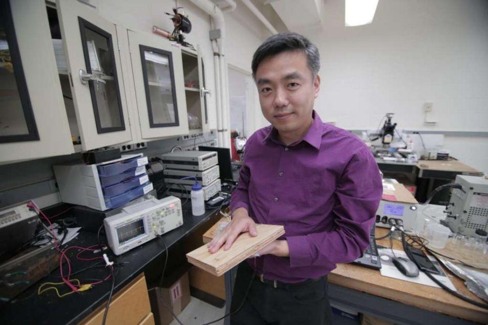 Professor Wang met het prototype.