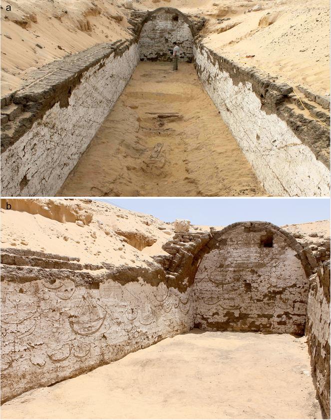 Hier kijk je in de tombe. De tekeningen op de wanden zijn goed zichtbaar. Afbeelding: Wegner, J. (2016), A Royal Boat Burial and Watercraft Tableau of Egypt's 12th Dynasty (c.1850 BCE) at South Abydos. International Journal of Nautical Archaeology. doi:10.1111/1095-9270.12203.