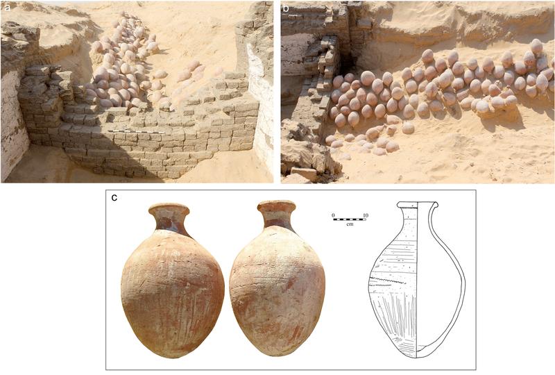 Net buiten de tombe troffen de onderzoekers meer dan 140 kruiken aan. De kruiken lagen op hun kop (dus met de hals naar beneden) in rijen tegen elkaar aan. Een aantal van de vazen lijken gevuld te zijn geweest. Mogelijk bevatten ze een vloeistof die - doordat ze op hun kop in het zand werden geplaatst - richting de ingang van de afgesloten tombe stroomde. Afbeelding: Wegner, J. (2016), A Royal Boat Burial and Watercraft Tableau of Egypt's 12th Dynasty (c.1850 BCE) at South Abydos. International Journal of Nautical Archaeology. doi:10.1111/1095-9270.12203.