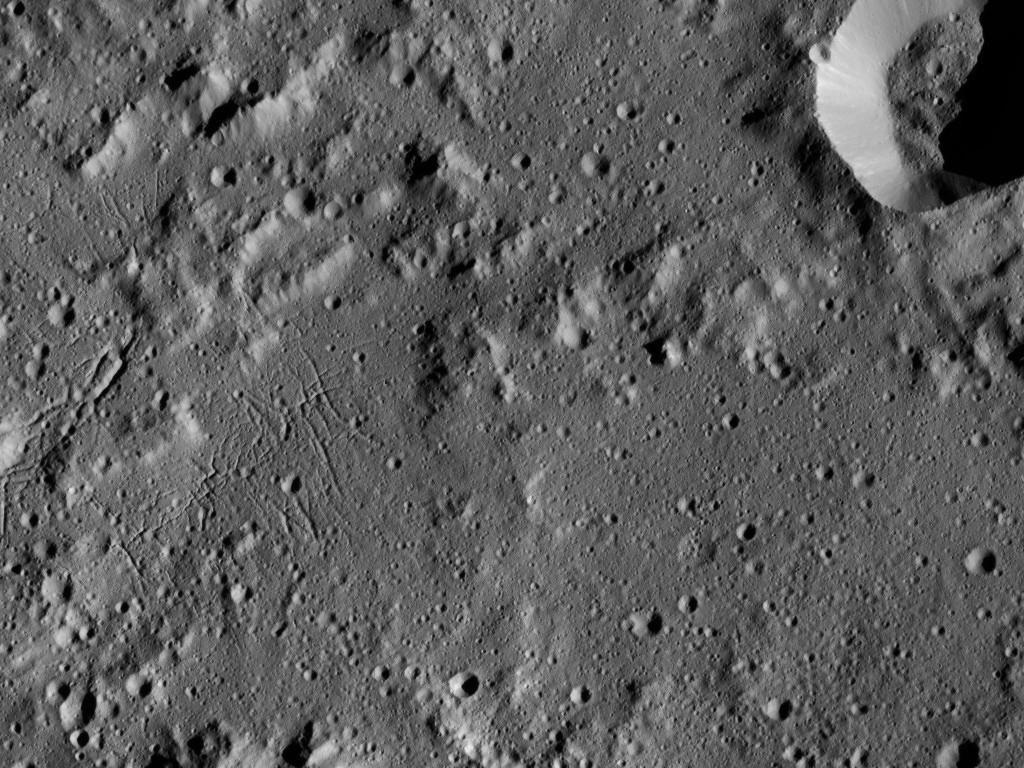 Ceres is allesbehalve saai, zo blijkt uit beelden van Dawn. Neem bijvoorbeeld dit kiekje: we zien hier kraters, heuvels en valleien. Afbeelding: NASA / JPL-Caltech / UCLA / MPS / DLR / IDA.