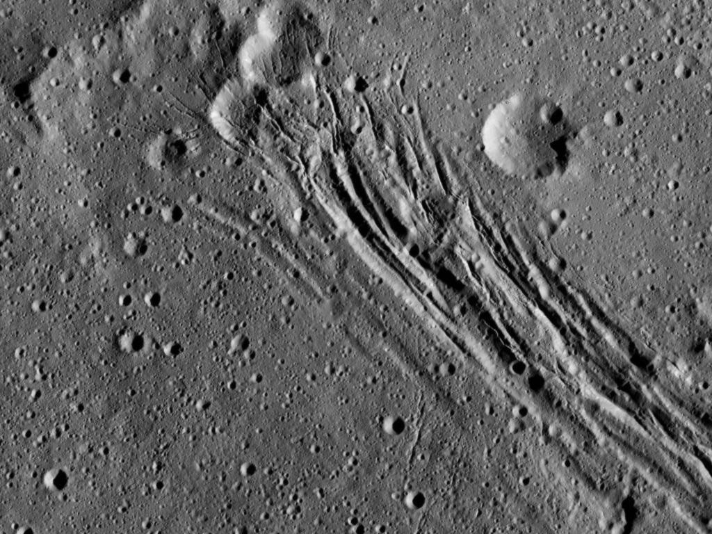 Geulen in een krater op Ceres. De breedste geul is zo'n 1,5 kilometer breed. Afbeelding: NASA / JPL-Caltech / UCLA / MPS / DLR / IDA.