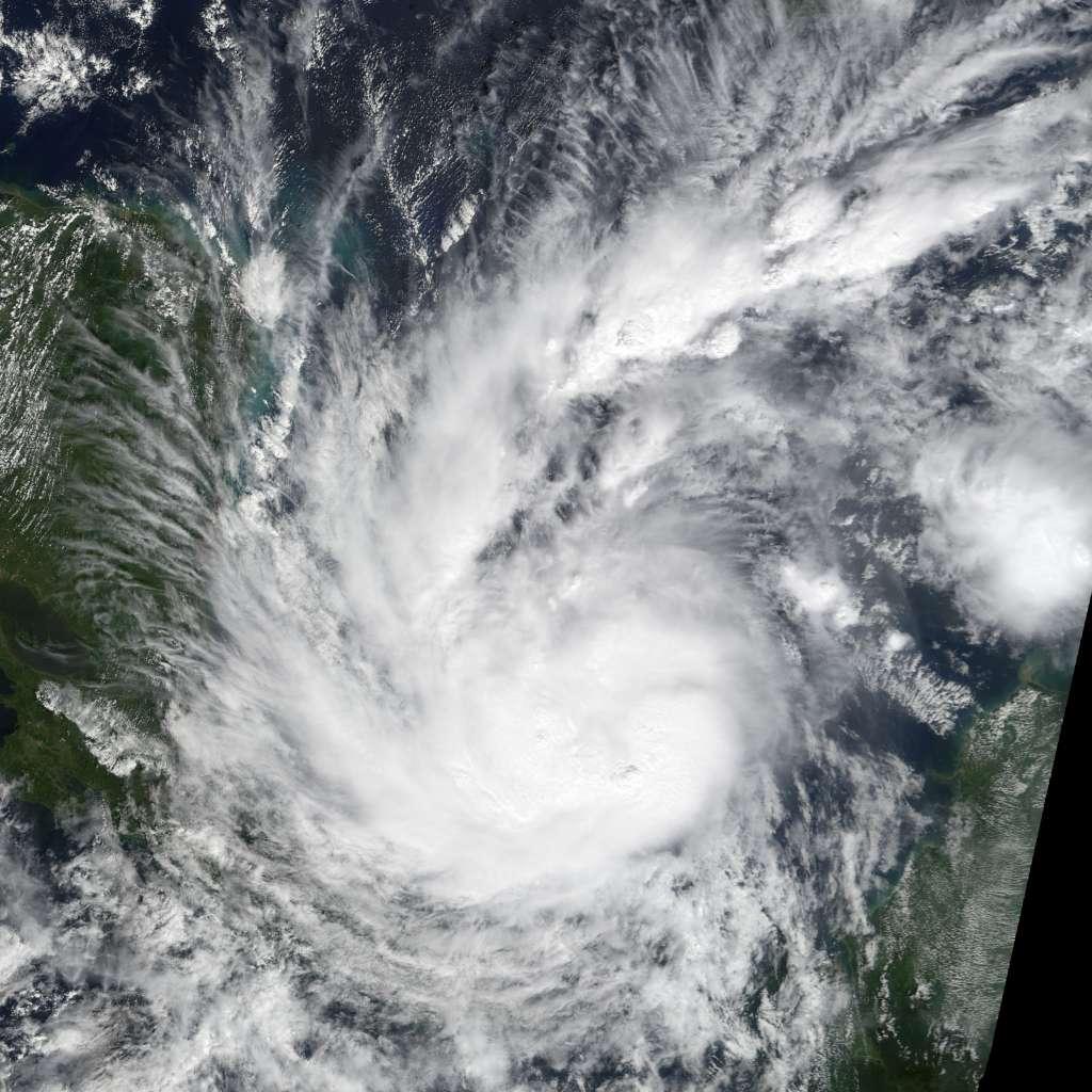 Een foto van de tropische storm Otto, gemaakt door NASA's Terra-satelliet. Afbeelding: Jesse Allen / LANCE.