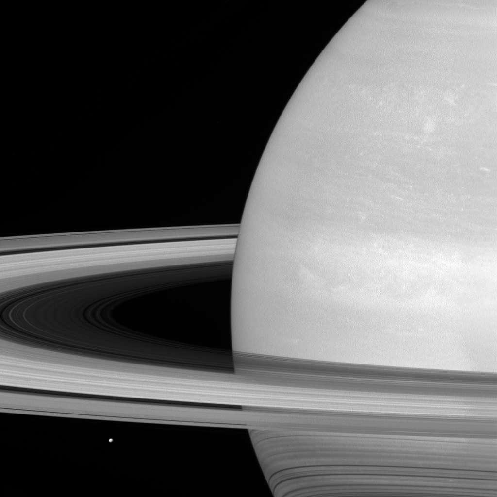 Ruimtesonde Cassini maakte deze prachtige foto toen deze zo'n 907.000 kilometer van Saturnus verwijderd was. Mimas is het stipje onder de ringen. De maan heeft een diameter van bijna 400 kilometer. Afbeelding: NASA / JPL-Caltech / Space Science Institute.
