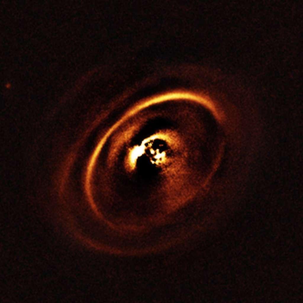 Hier zie je de schijf rond de jonge ster RXJ1615. Afbeelding: ESO, J. de Boer et al.