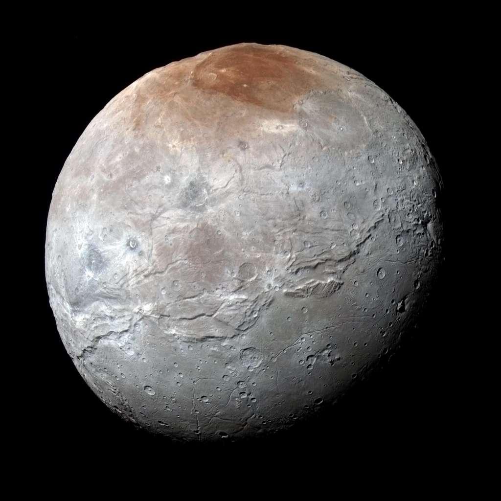 Charon. Hier zie je het klovensysteem nabij de evenaar goed. Het is ongeveer vier keer zo lang als de Grand Canyon en op sommige plekken twee keer zo diep. Afbeelding: NASA / JHUAPL / SwRI.
