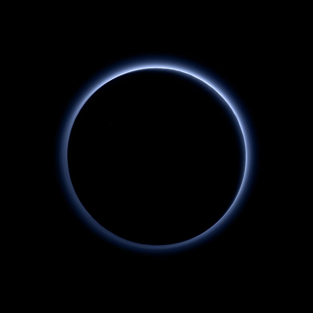 New Horizons heeft heel wat mooie foto's van Pluto gemaakt, maar dit is toch wel één van de meest bijzondere. Deze foto maakte New Horizons toen deze Pluto al voorbij was. We zien het silhouet van de dwergplaneet en daaromheen de blauwe atmosfeer. Er zijn aanwijzingen dat in die atmosfeer zelfs wolken te vinden zijn! Afbeelding: NASA / JHUAPL / SwRI.