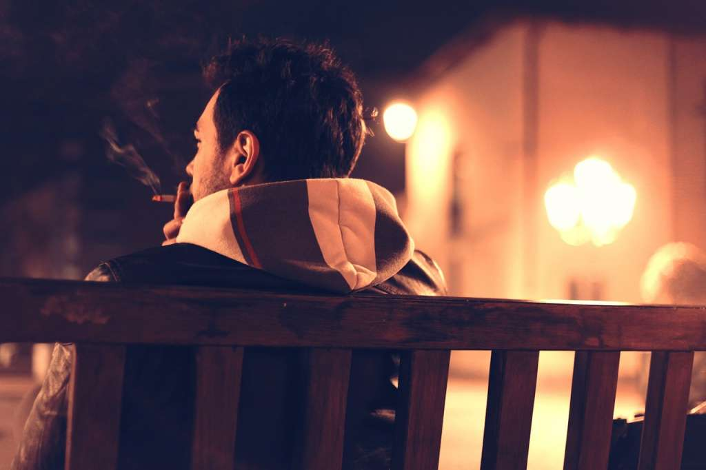 "Afbeelding: SplitShire/<a href=""https://pixabay.com/en/cigarette-smoke-bench-boy-city-407238/"" rel=""noopener"" target=""blank"">Pixabay</a>"