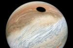 Verbluffende foto toont de schaduw van pizzamaan Io op planeet Jupiter
