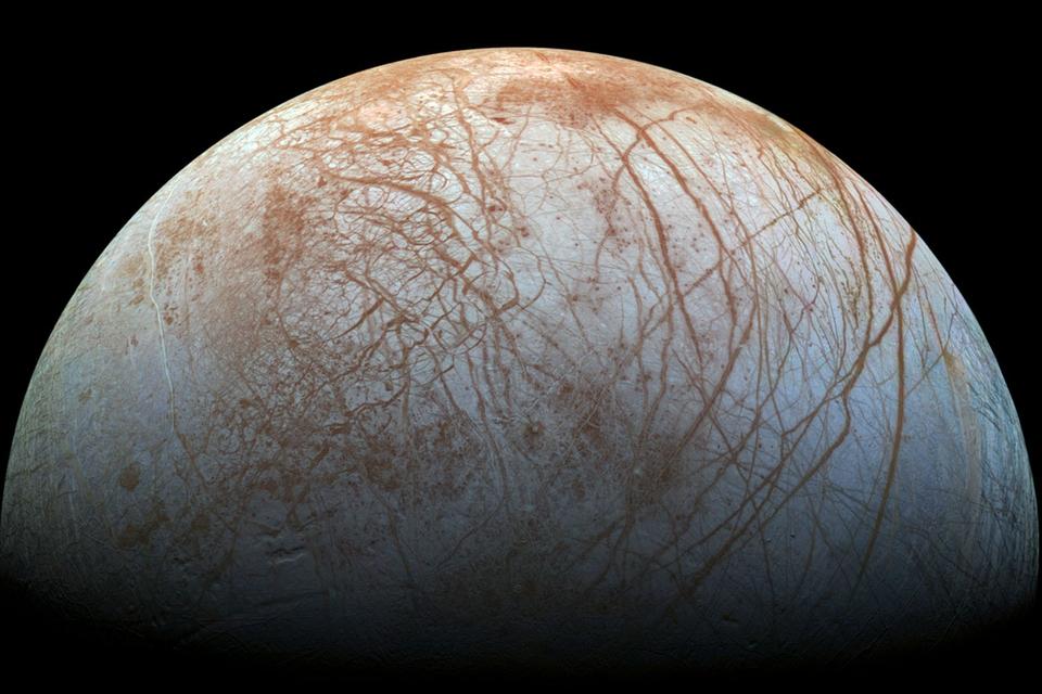 we-weten-het-nu--de-maan-europa-spuit-waterdamp-de-ruimte-in
